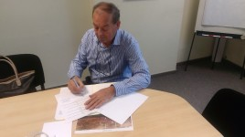 Direktor-Harbinja-potpisuje-ugovor